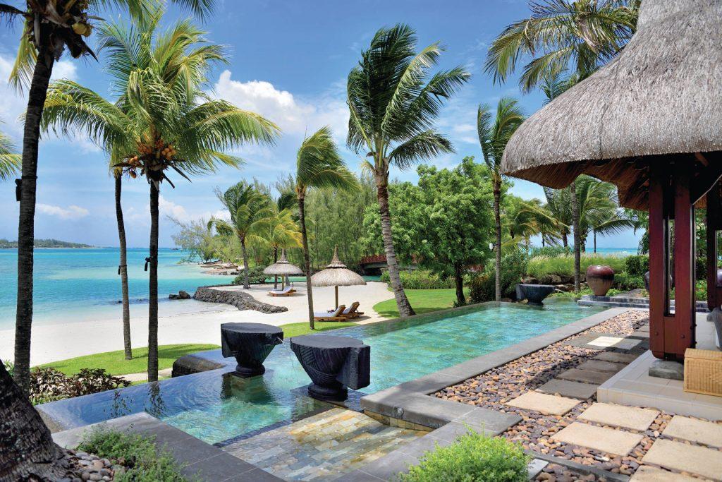 Großzügiger Poolbereich mit Meerblick in der Beach Villa